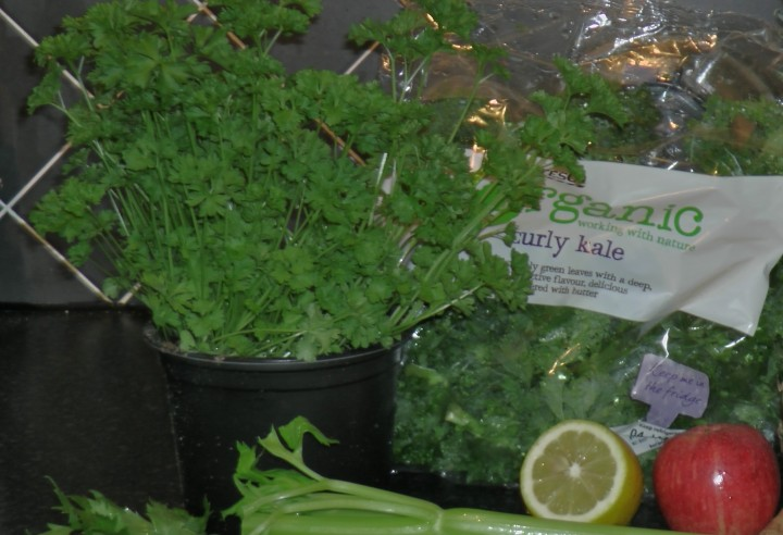parsley and kale juicing